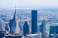 Vom Empire State Building aus sieht man das charakteristische Dach des Chrysler Building. https://junghahn24.com/frueh-aufstehen-fuer-eine-alte-dame-freiheitsstatue/ https://junghahn24.com/neue-hoehen-werden-erobert-empire-state-building/