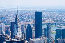 Vom Empire State Building aus sieht man das charakteristische Dach des Chrysler Building. http://junghahn24.com/frueh-aufstehen-fuer-eine-alte-dame-freiheitsstatue/ http://junghahn24.com/neue-hoehen-werden-erobert-empire-state-building/