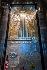 http://junghahn24.com/frueh-aufstehen-fuer-eine-alte-dame-freiheitsstatue/ http://junghahn24.com/neue-hoehen-werden-erobert-empire-state-building/ Die Eingangshalle des Empire State Bulding ist aus Marmor gestaltet und wir von diesem Wandbild bestimmt.