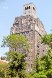 Dieses Haus steht am Washington Square. http://junghahn24.com/frueh-aufstehen-fuer-eine-alte-dame-freiheitsstatue/ http://junghahn24.com/neue-hoehen-werden-erobert-empire-state-building/