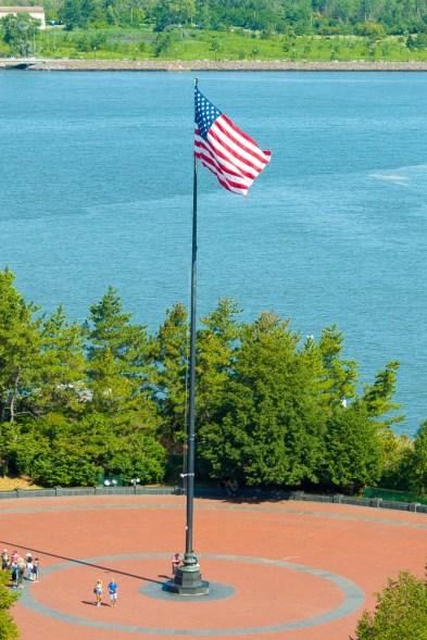 Wie überall in den USA ist auch auf Liberty Island die Flagge der USA zu sehen.