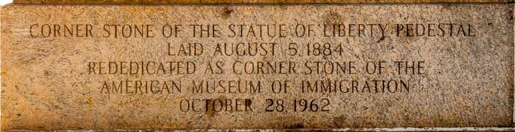 Die Eckstein enthält eine Inschrift und ist am Sockel des Podestes der Freiheitsstatue zu finden.