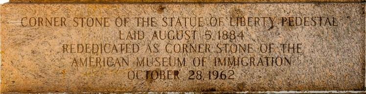 Die Eckstein enthält eine Inschrift und ist am Sockel des Podestes der Freiheitsstatue zu finden. http://junghahn24.com/frueh-aufstehen-fuer-eine-alte-dame-freiheitsstatue/