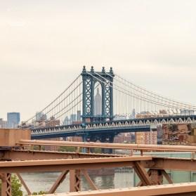 Von der Brooklyn Bridge hat man einen guten Blick auf die Manhattan Bridge und mit ein wenig Bewegung bekommt man auch das Empire State Building in einem schönen Rahmen präsentiert.