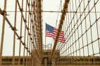 Charakteristisch sind die Kabelträger auf der Brooklyn Bridge. https://junghahn24.com/mit-der-u-bahn-raus-zu-fuss-wieder-rein-brooklyn-bridge/