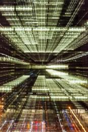 Eine kleine Spielerei mit dem Objektiv bringt Leben ins nächtliche UN Hauptquatier. http://junghahn24.com/mit-der-u-bahn-raus-zu-fuss-wieder-rein-brooklyn-bridge/