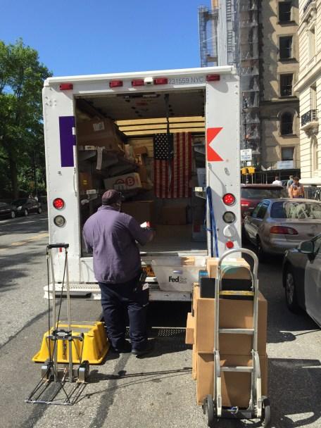 Die US-Flagge ist nahezu überall in New York präsent, auch im Wagen dieses FEDEX Fahrers.