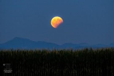 Partielle Mondfinsternis über den Alpen