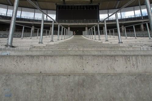 Diese Stufen müssen Konzertbesucher und Fußballfans hinaufsteigen um das Olympiastadion in Berlin durch die Ostkurve zu verlassen.