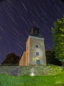 Nun habe ich zum ersten Mal Sternspuren aufgenommen. Hier sehen wir die örtliche Kirche und Blicken Richtung West-Nordwest.