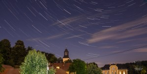 Nun habe ich zum ersten Mal Sternspuren aufgenommen. Hier findet sich rechts über dem Kirchturm auch eine Sternschnuppe. Die Himmelsrichtung ist Nord-Nordwest.