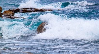 Ein steiniger Strand mündet in Port de Valdemossa ins Mittelmeer. Hier sind diese Aufnahmen entstanden.