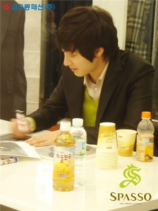 2007 11 17Spasso Signing Daejeon 6