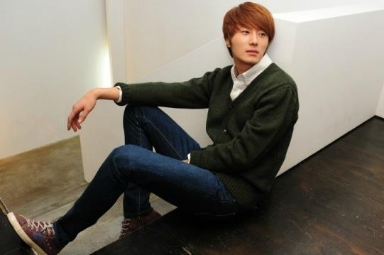 2011 12 17 Jung II-woo in Osen Green Sweater Interview 00002