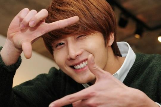 2011 12 17 Jung II-woo in Osen Green Sweater Interview 00007