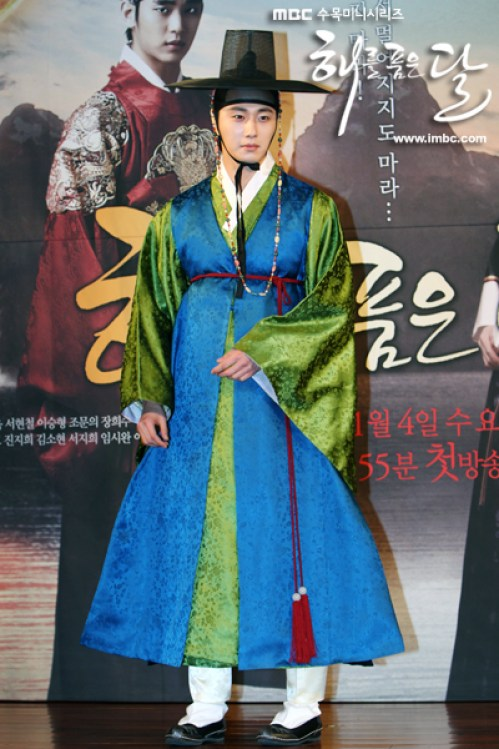 2012 1 2 Jung II-woo in The Moon that Embraces the Sun Press Conference Extras00001.jpg