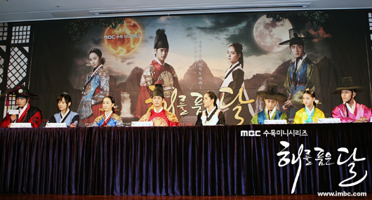 2012 1 2 Jung II-woo in The Moon that Embraces the Sun Press Conference Extras00004.jpg
