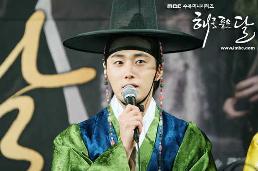 2012 1 2 Jung II-woo in The Moon that Embraces the Sun Press Conference Extras00005.jpg