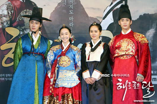 2012 1 2 Jung II-woo in The Moon that Embraces the Sun Press Conference Extras00007.jpg