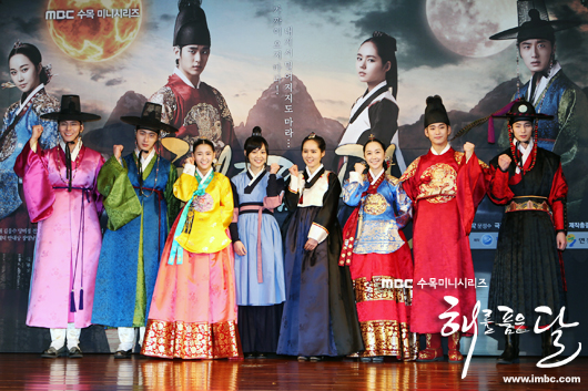 2012 1 2 Jung II-woo in The Moon that Embraces the Sun Press Conference Extras00009.jpg