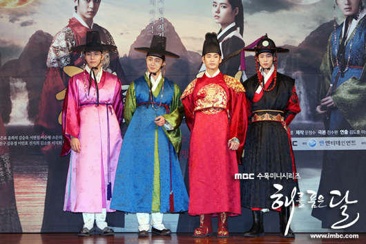 2012 1 2 Jung II-woo in The Moon that Embraces the Sun Press Conference Extras00010.jpg