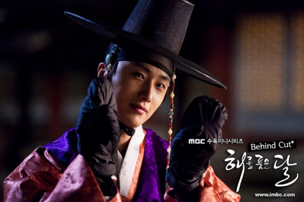 2012 2 Jung II-woo in The Moon that Embraces the Sun Episode 1 BTS 00026