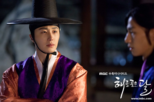 2012 2 Jung II-woo in The Moon that Embraces the Sun Episode 1 BTS 00031