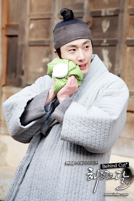 2012 Jung II-woo in The Moon Embracing the Sun Episode 8 BTS 00002