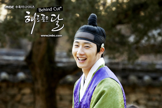 Jung II-woo in The Moon that Embraces the Sun BTS Episode 15 00014