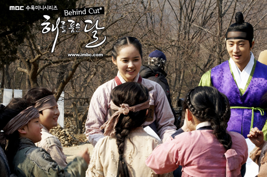 Jung II-woo in The Moon that Embraces the Sun BTS Episode 15 00016