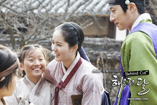 Jung II-woo in The Moon that Embraces the Sun BTS Episode 15 00017