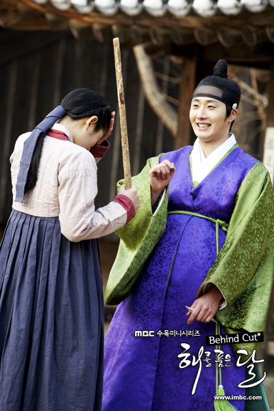 Jung II-woo in The Moon that Embraces the Sun BTS Episode 15 00023