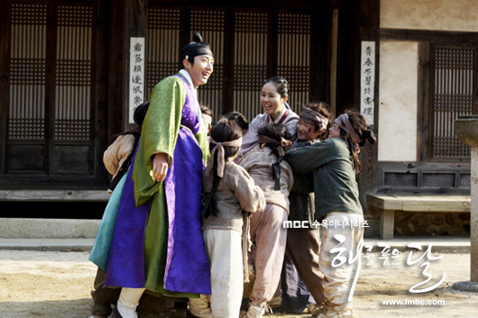 Jung II-woo in The Moon that Embraces the Sun BTS Episode 15 00025