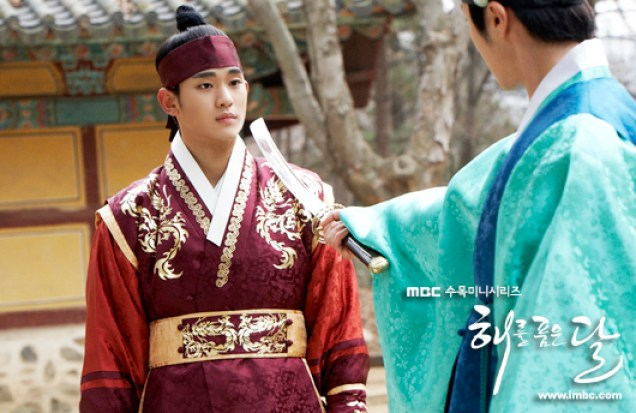 Jung II-woo in The Moon that Embraces the Sun BTS Episode 17 00007