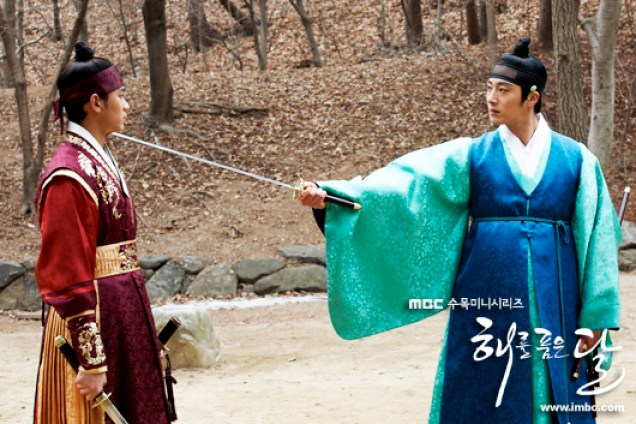 Jung II-woo in The Moon that Embraces the Sun BTS Episode 17 00008