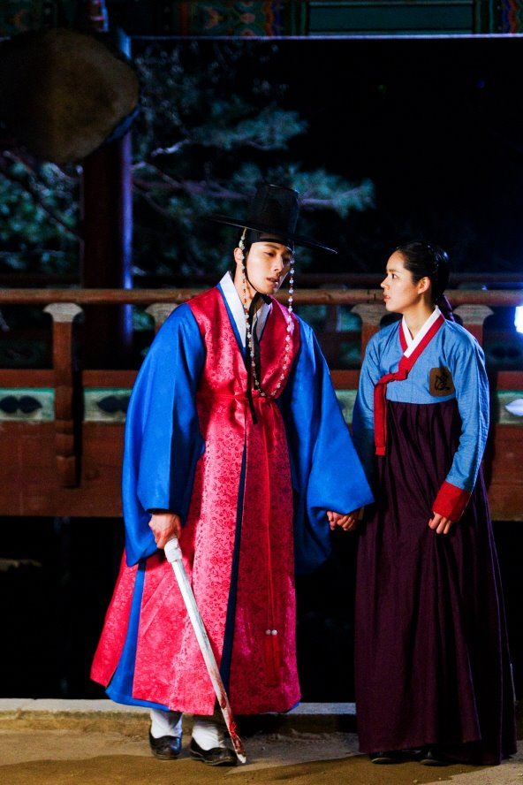 Jung II-woo in The Moon that Embraces the Sun BTS Episode 17 00010