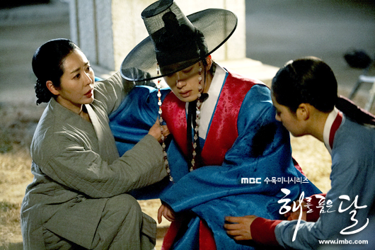Jung II-woo in The Moon that Embraces the Sun BTS Episode 17 00022
