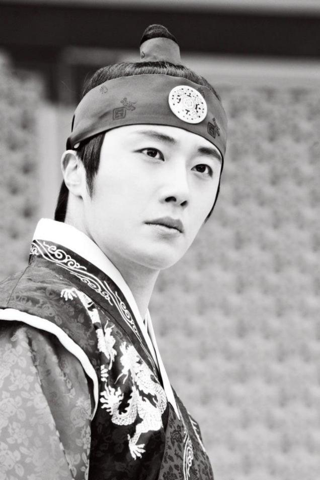 Jung II-woo in The Moon that Embraces the Sun Episode 20 BTS B & W 00002