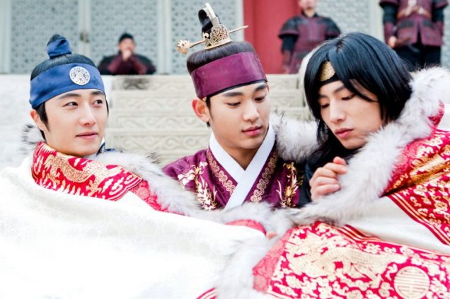 Jung II-woo in The Moon that Embraces the Sun Episode 20 BTS Blanket Cuties 00004