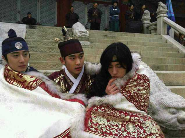 Jung II-woo in The Moon that Embraces the Sun Episode 20 BTS Blanket Cuties 00009