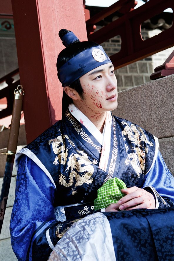 Jung II-woo in The Moon that Embraces the Sun Episode 20 BTS Bloody 00003