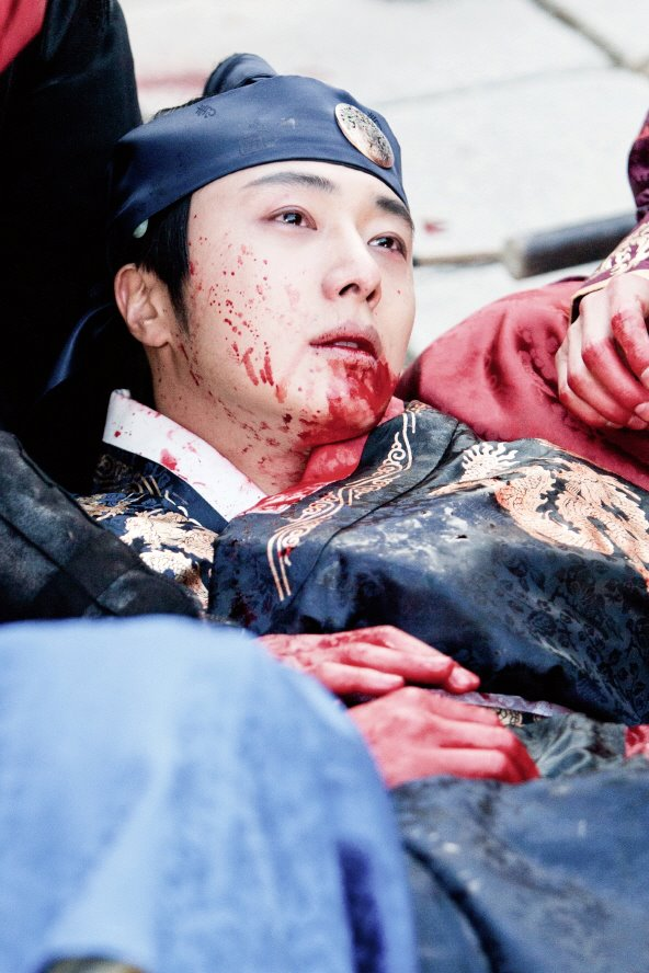 Jung II-woo in The Moon that Embraces the Sun Episode 20 BTS Bloody 00008