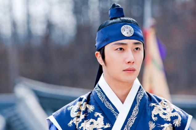 Jung II-woo in The Moon that Embraces the Sun Episode 20 BTS Close Up 00002