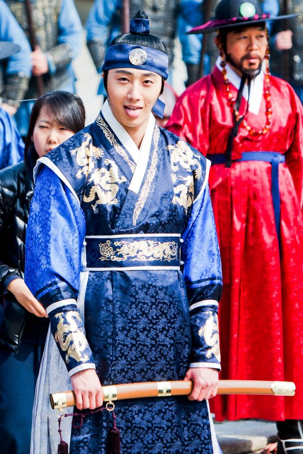 Jung II-woo in The Moon that Embraces the Sun Episode 20 BTS Filming Battle 00002