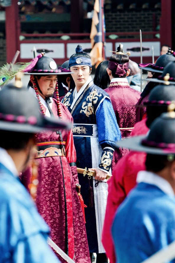 Jung II-woo in The Moon that Embraces the Sun Episode 20 BTS Filming Battle 00003