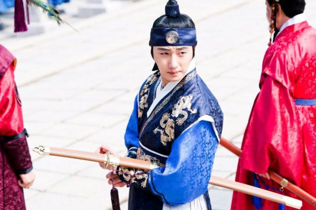Jung II-woo in The Moon that Embraces the Sun Episode 20 BTS Filming Battle 00006