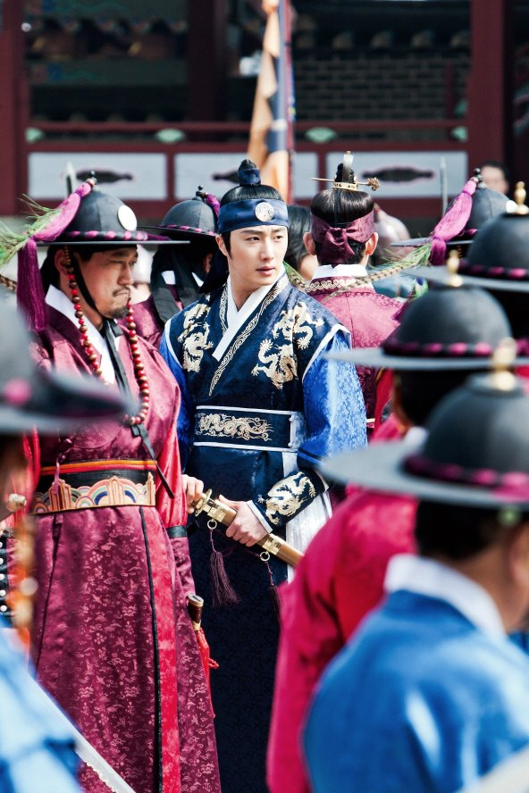 Jung II-woo in The Moon that Embraces the Sun Episode 20 BTS Filming Battle 00007