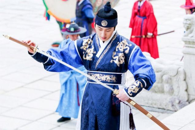 Jung II-woo in The Moon that Embraces the Sun Episode 20 BTS Filming Battle 00013