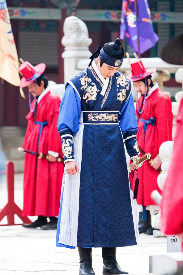 Jung II-woo in The Moon that Embraces the Sun Episode 20 BTS Filming Battle 00018