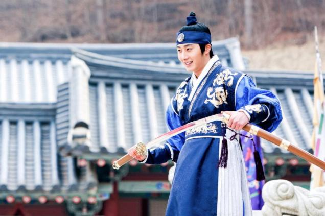 Jung II-woo in The Moon that Embraces the Sun Episode 20 BTS Filming Battle 00022